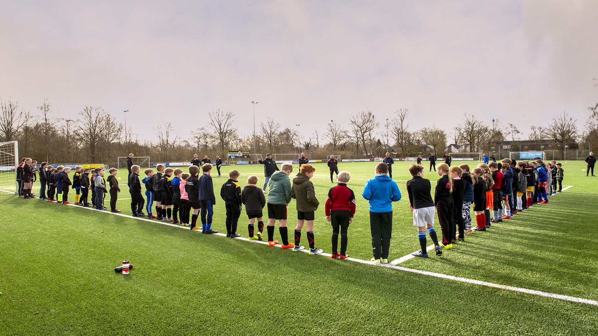 Sportieve en zonnige voetbalclinic voor jeugd door eerste elftal