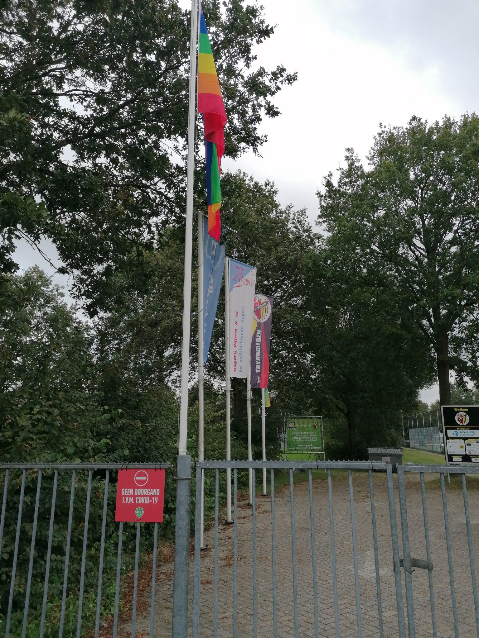 Regenboogvlag in top